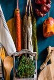 Κατάταξη των παραδοσιακών ισπανικών λουκάνικων κρέατος charcuterie, φρέσκο θυμάρι χορταριών, εργαλεία κουζινών, πετσέτα, ξύλινος  Στοκ Εικόνα