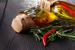 Κατάταξη των πικάντικων ελαίων με τα χορτάρια και των καρυκευμάτων στα διαφορετικά μπουκάλια Στοκ Εικόνες