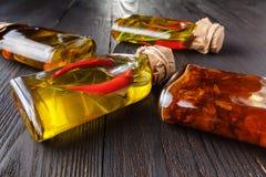 Κατάταξη των πικάντικων ελαίων με τα χορτάρια και των καρυκευμάτων στα διαφορετικά μπουκάλια Στοκ εικόνα με δικαίωμα ελεύθερης χρήσης