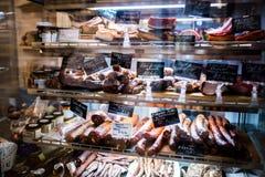Κατάταξη των προϊόντων κρέατος που γίνονται από τα ρουμανικά και ουγγρικά artisans Στοκ εικόνα με δικαίωμα ελεύθερης χρήσης