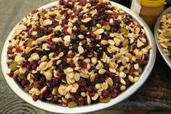 Κατάταξη των σπόρων και των μούρων καρυδιών στην υπαίθρια αγορά στοκ φωτογραφίες