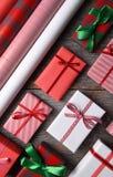 Κατάταξη των τυλιγμένων χριστουγεννιάτικων δώρων Στοκ φωτογραφίες με δικαίωμα ελεύθερης χρήσης
