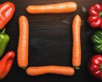 Κατάταξη των φρέσκων λαχανικών Καρότα και πιπέρια σε πολλά χρώματα, διάστημα για το γράψιμο Τοπ όψη στοκ φωτογραφίες με δικαίωμα ελεύθερης χρήσης