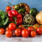 Κατάταξη των φρέσκων λαχανικών στον πίνακα Στοκ Φωτογραφίες