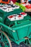Κατάταξη των φρέσκων μούρων που επιδεικνύονται στην αγορά Στοκ εικόνα με δικαίωμα ελεύθερης χρήσης
