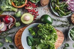 Κατάταξη των φρέσκων οργανικών τροφίμων λαχανικών αγροτών για τη vegan τη χορτοφάγες διατροφή και διατροφή μαγειρέματος στοκ εικόνα