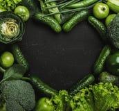 Κατάταξη των φρέσκων πράσινων λαχανικών στη μορφή καρδιών στο μαύρο υπόβαθρο στοκ εικόνα με δικαίωμα ελεύθερης χρήσης