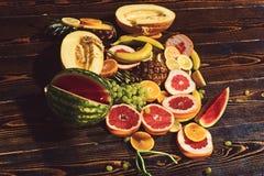 Κατάταξη φρούτων στον ξύλινο πίνακα Διατροφή φρούτων στις χορτοφάγες  στοκ φωτογραφία