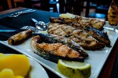 Κατάταξη ψαριών, σε ένα άσπρο πιάτο σε ένα εστιατόριο της Λισσαβώνας Στοκ φωτογραφία με δικαίωμα ελεύθερης χρήσης