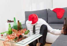 Κατάχρηση οινοπνεύματος κατά τη διάρκεια της περιόδου διακοπών Στοκ εικόνα με δικαίωμα ελεύθερης χρήσης