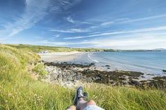 Κατάψυξη στον απότομο βράχο στη φωτεινή θερινή ημέρα σε Pembrokeshire στοκ εικόνες