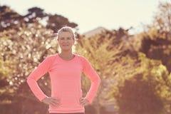 Κατάλληλη ανώτερη γυναίκα υπαίθρια στο ηλιοφώτιστο πρωί έτοιμο για την άσκηση στοκ φωτογραφία με δικαίωμα ελεύθερης χρήσης