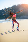 Κατάλληλη βραζιλιάνα γυναίκα που χορεύει στην παραλία Στοκ Φωτογραφία