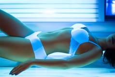 Κατάλληλη γυναίκα που κάνει ηλιοθεραπεία στο σολάρηο στοκ φωτογραφίες με δικαίωμα ελεύθερης χρήσης