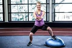Κατάλληλη γυναίκα που κάνει την άσκηση με τη σφαίρα bosu Στοκ εικόνα με δικαίωμα ελεύθερης χρήσης