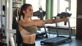 Κατάλληλη γυναίκα που κάνει την άσκηση στο στήθος απόθεμα βίντεο