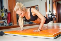 Κατάλληλη γυναίκα που κάνει το ώθηση-UPS στοκ εικόνες