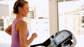Κατάλληλη γυναίκα που τρέχει treadmill φιλμ μικρού μήκους