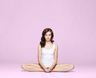 Κατάλληλη και φίλαθλη όμορφη γυναίκα με την τέλεια μορφή Κορίτσι στο λευκό Στοκ Εικόνα