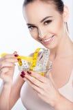 Κατάλληλη νέα γυναίκα που κάνει δίαιτα με τη χαρά Στοκ Εικόνα