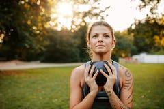Κατάλληλη νέα γυναίκα που κάνει workout με το kettlebell στοκ φωτογραφία με δικαίωμα ελεύθερης χρήσης
