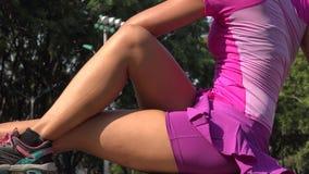 Κατάλληλη νέα γυναίκα που τεντώνει τα πόδια της φιλμ μικρού μήκους