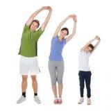 Κατάλληλη οικογένεια που κάνει την τεντώνοντας άσκηση Στοκ εικόνα με δικαίωμα ελεύθερης χρήσης