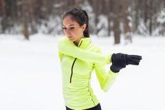 Κατάλληλη προθέρμανση γυναικών που τεντώνει το βραχίονα και τον ώμο της Στοκ φωτογραφία με δικαίωμα ελεύθερης χρήσης