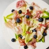 Κατάλληλη σαλάτα με το prosciutto και τα αντίδια Στοκ φωτογραφία με δικαίωμα ελεύθερης χρήσης