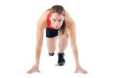 Κατάλληλη υγιής φίλαθλος έτοιμη να τρέξει τη φυλή Θηλυκός αθλητής Spint - που απομονώνεται Στοκ Εικόνες