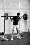Κατάλληλος αρσενικός αθλητής που ολοκληρώνει μια πίσω στάση οκλαδόν Στοκ Φωτογραφία