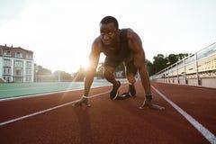 Κατάλληλος βέβαιος αφρικανικός αθλητικός τύπος που στέκεται στην αρχική θέση Στοκ φωτογραφία με δικαίωμα ελεύθερης χρήσης