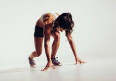 Κατάλληλος θηλυκός αθλητής έτοιμος να τρέξει Στοκ Φωτογραφία