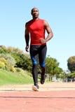 Κατάλληλος νέος αφρικανικός τύπος που τρέχει έξω στο πάρκο Στοκ φωτογραφίες με δικαίωμα ελεύθερης χρήσης