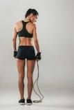 Κατάλληλος υγιής νέος αθλητής με ένα πηδώντας σχοινί Στοκ Εικόνα