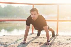 Κατάλληλο άτομο που κάνει την άσκηση προθέρμανσης πριν από την έναρξη η κατάρτιση workout του Στοκ Εικόνα