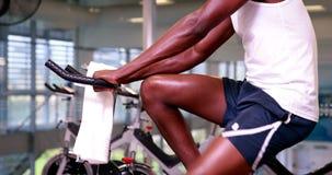 Κατάλληλο άτομο στο ποδήλατο άσκησης φιλμ μικρού μήκους