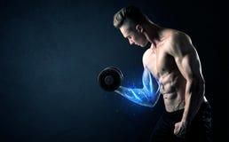 Κατάλληλο βάρος ανύψωσης αθλητών με την μπλε ελαφριά έννοια μυών Στοκ Φωτογραφίες