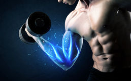 Κατάλληλο βάρος ανύψωσης αθλητών με την μπλε ελαφριά έννοια μυών Στοκ εικόνες με δικαίωμα ελεύθερης χρήσης