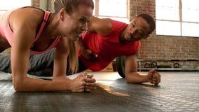 Κατάλληλο ζευγών μαζί στη γυμναστική απόθεμα βίντεο