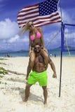 Κατάλληλο ζεύγος στην παραλία Στοκ φωτογραφία με δικαίωμα ελεύθερης χρήσης