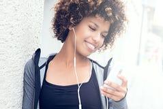 Κατάλληλο κορίτσι με την τοποθέτηση afro υπαίθρια Στοκ φωτογραφίες με δικαίωμα ελεύθερης χρήσης