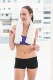 Κατάλληλο brunette που χαμογελά με την πετσέτα στους ώμους Στοκ φωτογραφία με δικαίωμα ελεύθερης χρήσης