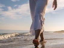 κατά μήκος της παραλίας strolling στοκ εικόνα