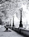 κατά μήκος του περιπάτου του Λονδίνου Τάμεσης Στοκ Φωτογραφία