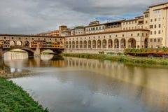 Κατά μήκος του ποταμού Arno στη Φλωρεντία - την Ιταλία στοκ φωτογραφία