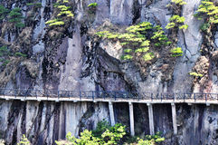 κατά μήκος του χτισμένου δρόμου σανίδων προσώπου απότομων βράχων Στοκ εικόνα με δικαίωμα ελεύθερης χρήσης