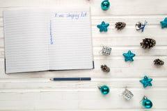 Κατάλογος αγορών Χριστουγέννων σχετικά με το άσπρο ξύλινο υπόβαθρο Deco διακοπών Στοκ εικόνες με δικαίωμα ελεύθερης χρήσης