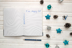 Κατάλογος αγορών Χριστουγέννων σχετικά με το άσπρο ξύλινο υπόβαθρο Deco διακοπών Στοκ Εικόνες