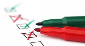 Κατάλογος ελέγχου με την πράσινη και κόκκινη μάνδρα Στοκ εικόνες με δικαίωμα ελεύθερης χρήσης